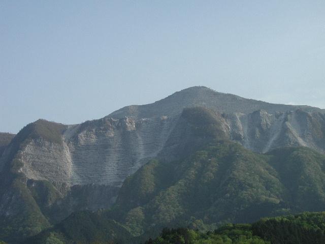 横瀬駅付近から見た武甲山。採掘により山頂が41mも低くなったそうで、何とも痛々しい。