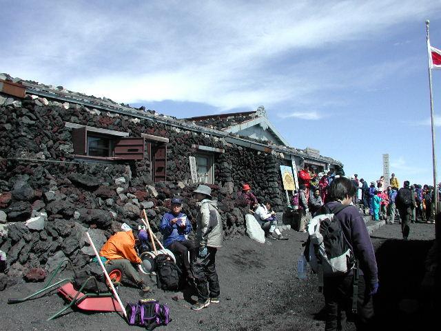 富士山頂の山小屋。