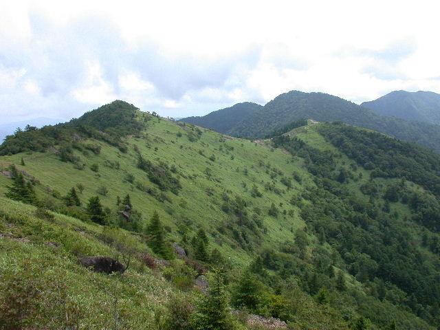 神戸岩付近から見た大菩薩峠方面。