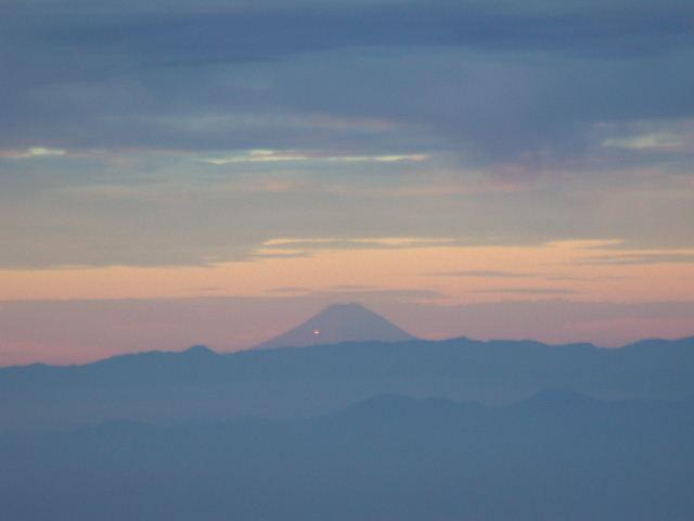 望遠+デジタルズームで富士山を撮影。灯りの点が見えるが富士五合目の灯りだろうか?
