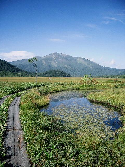 池塘と燧ヶ岳。