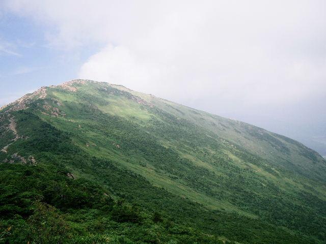 小至仏山から見た至仏山。山頂から尾瀬ヶ原へ向かう斜面は見事だ。