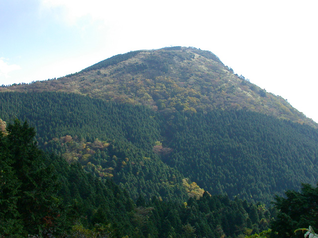 足柄峠に向かう道の途中から見た矢倉岳。