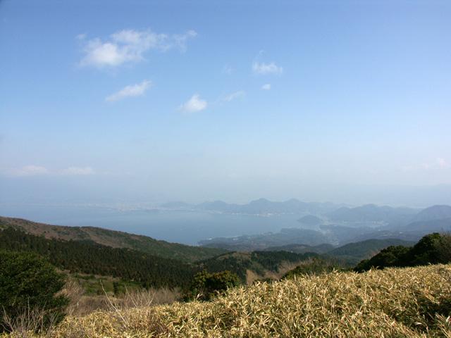 金冠山より富士山方面を望む。霞が無ければ駿河湾越しに富士山が見えるそうだ。