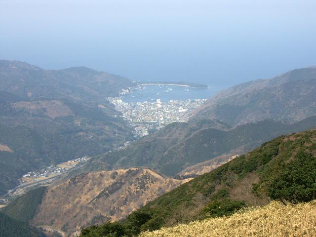 登山道より戸田村の戸田港を望む。(「とだ」ではなく「へだ」と読む。)